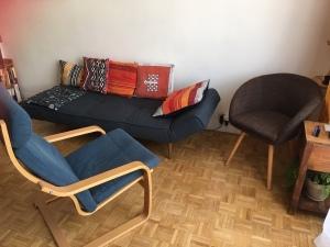 Accueilli en face à face, le patient peut également être invité à s'allonger sur le divan. English speaking patients are most welcome.